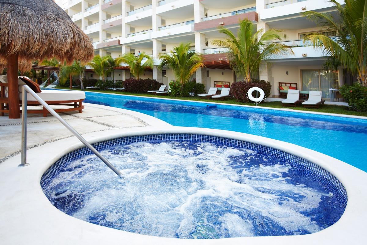 Scalinate e idromassaggio per piscina for Piscina jacuzzi