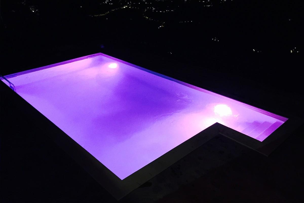 Illuminazione piscina con fari a led cromoterapici multicolor.