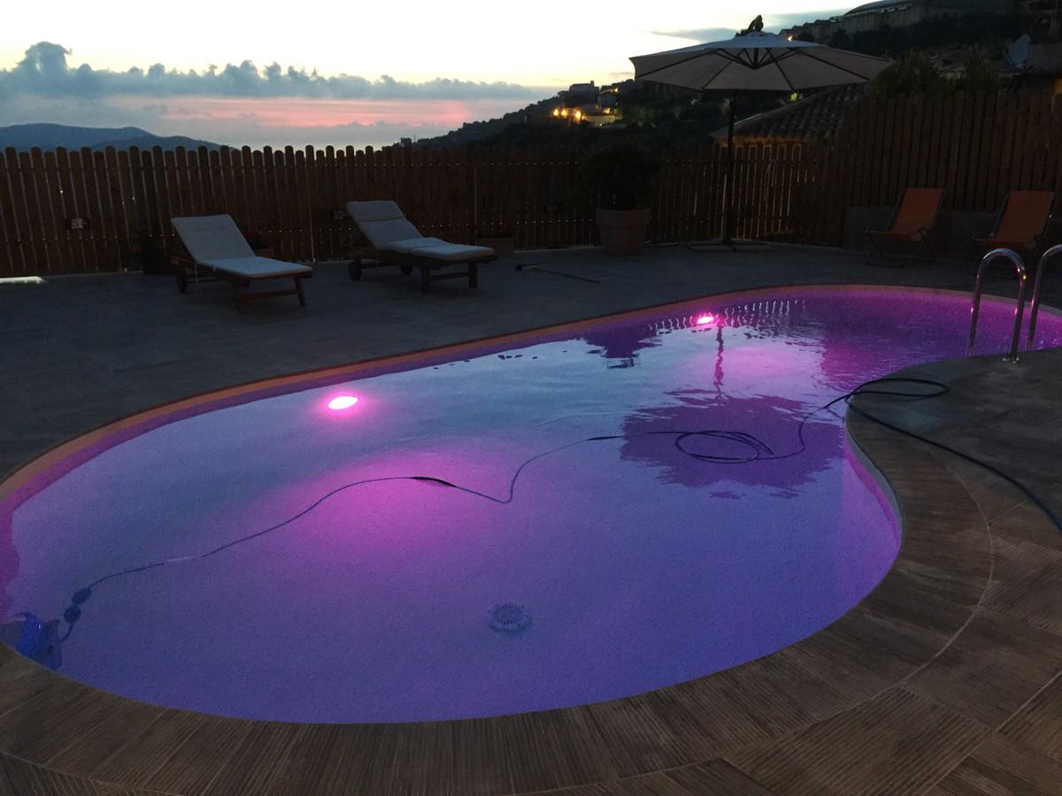 Illuminazione piscina con fari a led cromoterapici multicolor - Illuminazione piscina ...